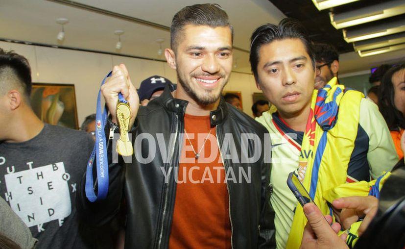 Martín llega feliz a su tierra natal luego de conseguir su primer título en la Liga MX. (Fotos: Jorge Acosta/ Novedades Yucatán)