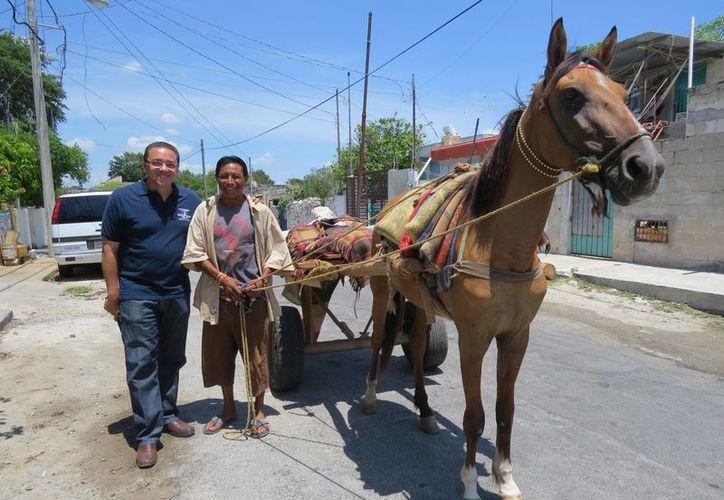 Víctor Hugo Lozano Poveda, candidato del PAN a diputado por el IV Distrito federal, durante su recorrido por el centro de Mérida. (SIPSE)