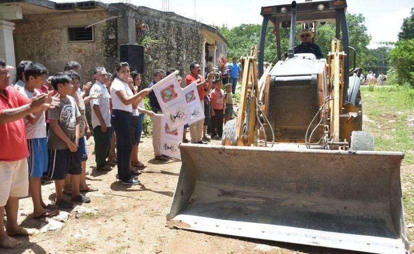 Autoridades de Carrillo Puerto asistieron al poblado para dar el banderazo de inicio de obras. (Jesús Caamal/SIPSE)