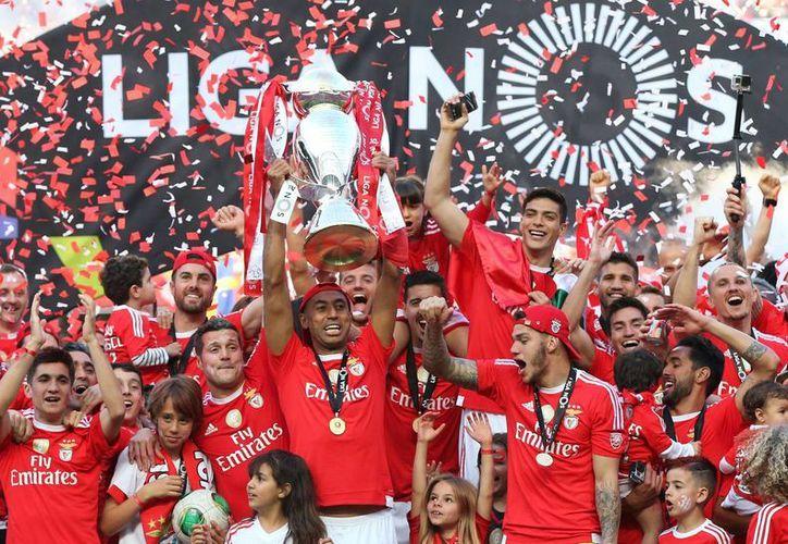 El delantero mexicano Raúl Jiménez (hasta arriba, con el brazo levantado) celebra la consecución del título de Copa de Liga en Portugal con Benfica. (AP)