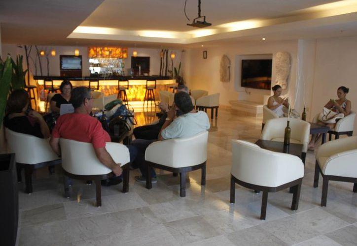 Los usuarios, a través de las herramientas tecnológicas, reservan sus habitaciones de hotel. (Sergio Orozco/SIPSE)