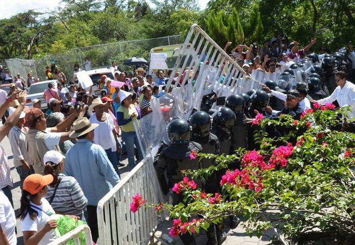 Presión, encuartelamientos, desalojos, contención de manifestaciones en inferioridad numérica son algunas de las constantes que enfrentan los policías antimotines de Guerrero. (Archivo/Notimex)