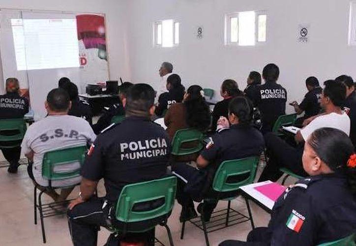 Imparte Icatqroo los talleres a los policías municipales. (Cortesía/SIPSE)
