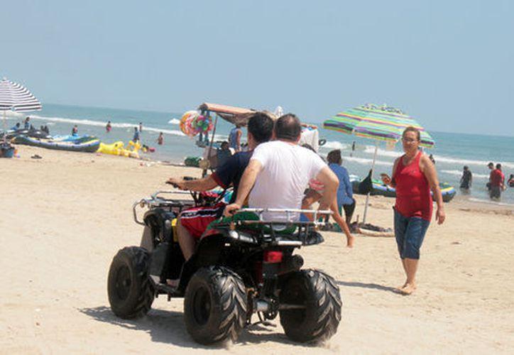 Continúa el paso de autos, cuatrimotos y motocicletas en zona federal, a pesar de la restricción. (SIPSE)