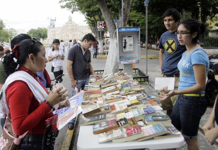 Estudiantes intercambian libros durante la Bici-ruta. (Christian Ayala/SIPSE)