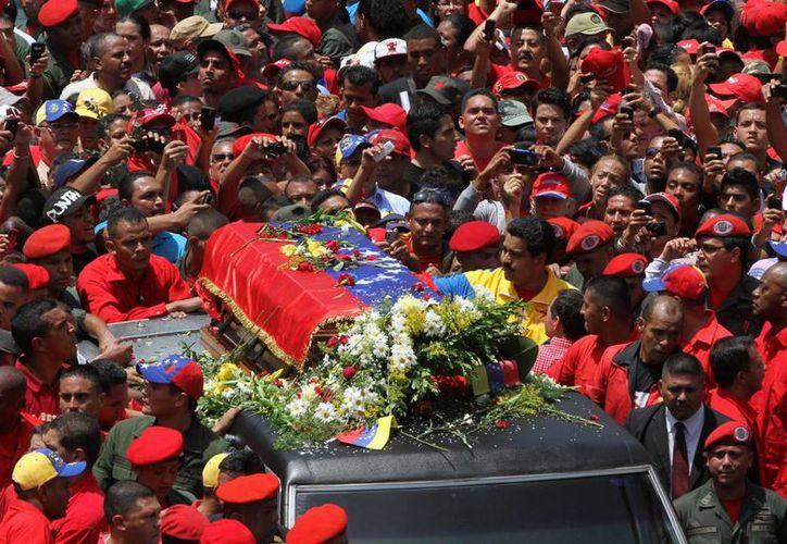 Cientos de miles de venezolanos intentaban ver el féretro. (Agencias)
