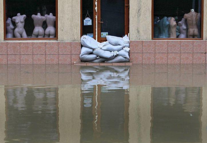 Tienda inundada en el centro de Cernavoda, cerca del Danubio, al sureste de Bucarest. (EFE)