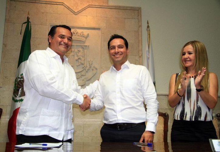 El alcalde saliente Renán Barrera (i) saluda al entrante Mauricio Vila, cuya ceremonia de toma de posesión se realizará este martes por la noche. (José Acosta/SIPSE)