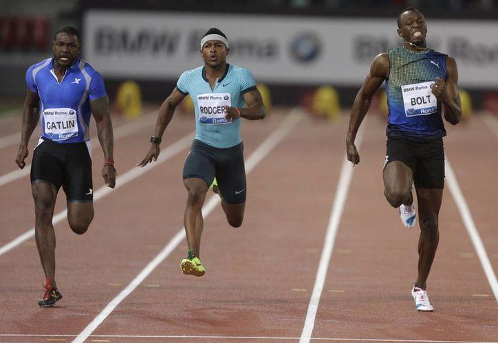 Desde la izquierda: Gatlin, Michael Rodgers y Bolt, que sintió que no le tenía energía en las piernas. (Agencias)