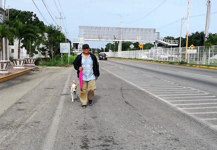Gustavo Barrabás Buitrón recorrió 38 kilómetros en protesta para exigir que se tomen medidas de preservación para la Laguna de los Siete Colores, de Balacar. (Javier Ortiz/SIPSE)