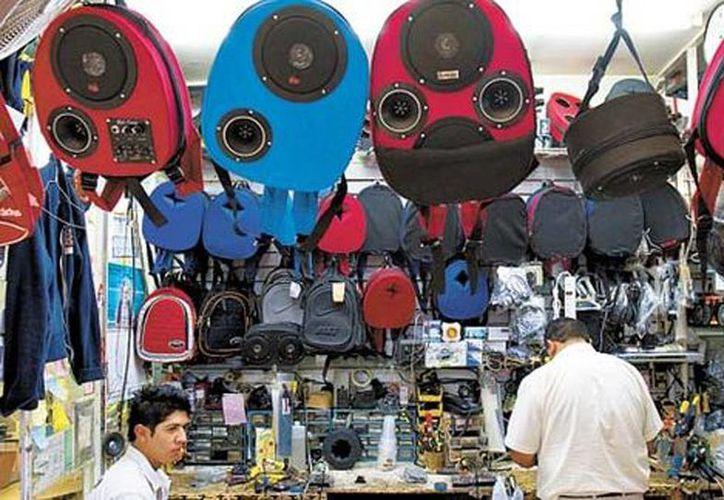 Arturo Rivera fue el inventor de los bocineros en el 2001. Los precios van desde los 800 hasta los 2 mil pesos. (Milenio)