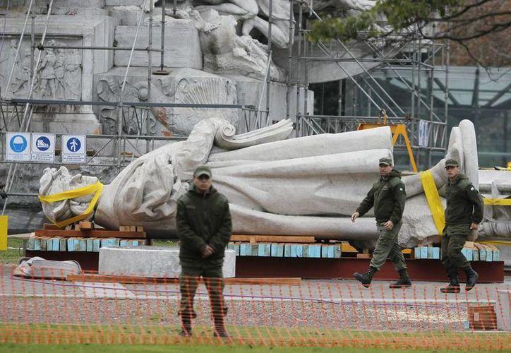 La escultura, de 60 toneladas de peso y obra del escultor Arnaldo Zocchi fue un obsequio de la colectividad italiana por los festejos del centenario de la Revolución de Mayo y se inauguró el 15 de junio de 1921. (EFE)