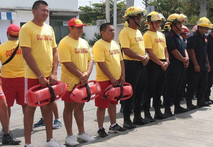 Listos los bomberos y guardavidas para la vigilancia de bañistas. (Julián  Miranda/SIPSE)