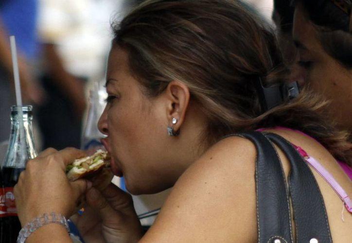 Recomiendan expertos no comer alimentos en la calle. (Milenio Novedades)