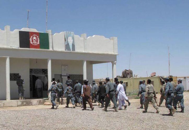 Policías afganos inspeccionan el lugar donde ocurrió la explosión. (EFE)