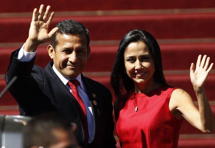 Nadine Heredia, aquí con su esposo Ollanta Humala, es también presidenta del Partido Nacionalista, actualmente gobernante. (EFE)