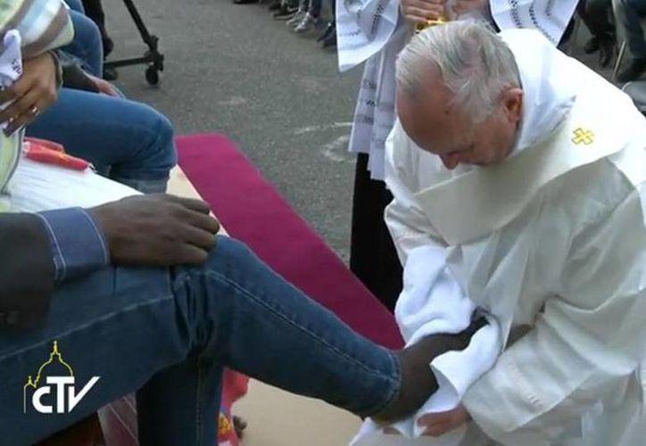 Francisco lavó los pies a un grupo de hombres y mujeres musulmanes, hindúes, coptos, evangélicos, católicos ante los cuales se arrodilló. (@diario24horas)