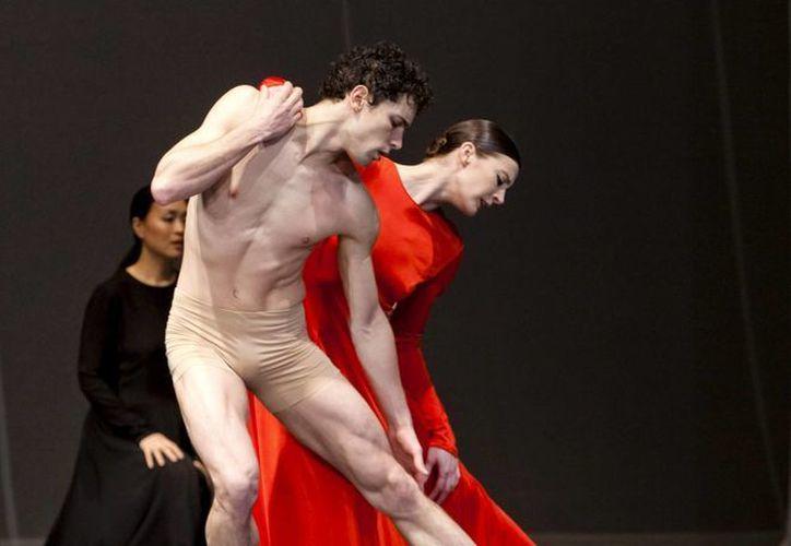 Fotografía facilitada por la Ópera Nacional de París de los bailarines Marie-Agnès Gillot y Stéphane Bullion en la ópera-ballet 'Orfeo y Eurídice', de Gluck, una de las obras maestras de la coreógrafa alemana Pina Bausch, que triunfa en el Palacio Garnier de París hasta el próximo 21 de mayo. (EFE)