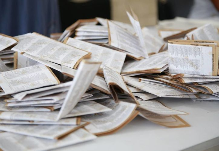Durante el conteo de votos se encontró un supuesto contrato de la revocación de la presidencia de Peña Nieto. (Octavio Martínez/SIPSE)