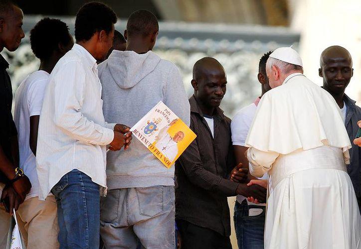 El Papa saluda a un grupo de migrantes que llegaron hasta San Pedro gracias a una iniciativa de la organización Caritas de Florencia y de la Universidad Europea. (Foto: vaticaninsider)