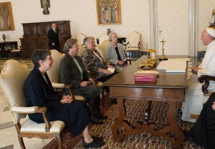 El Papa Francisco (derecha) habla con una delegación de la organización The Leadership Conference of Women Religious durante una audiencia en el despacho del pontífice en el Vaticano. (AP)