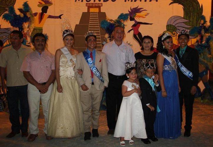 Funcionarios municipales atestiguaron la coronación de los Reyes del Carnaval 2014. (Cortesía/SIPSE)