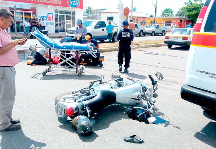 El cruce de la avenida Maxuxac y Magisterio se llenó de patrulllas y paramédicos para atender el fuerte accidente en el que un motociclista estaba seriamente lesionado.