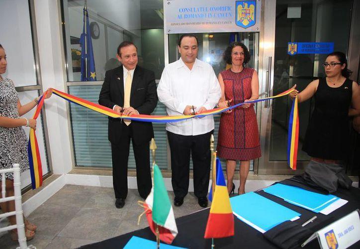 El gobernador Roberto Borge Angulo encabezó el corte del listón inaugural de la sede diplomática. (Luis Soto/SIPSE)