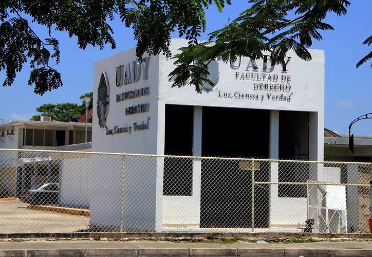 Imagen del antiguo edificio de la Facultad de Derecho, donde serán trasladadas las oficinas administrativas de la Uady. (José Acosta/SIPSE)