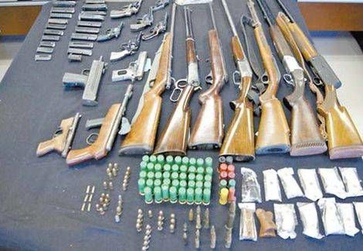 El arsenal que fue incautado en Chilpancingo, Guerrero, durante un operativo conjunto. (Milenio)