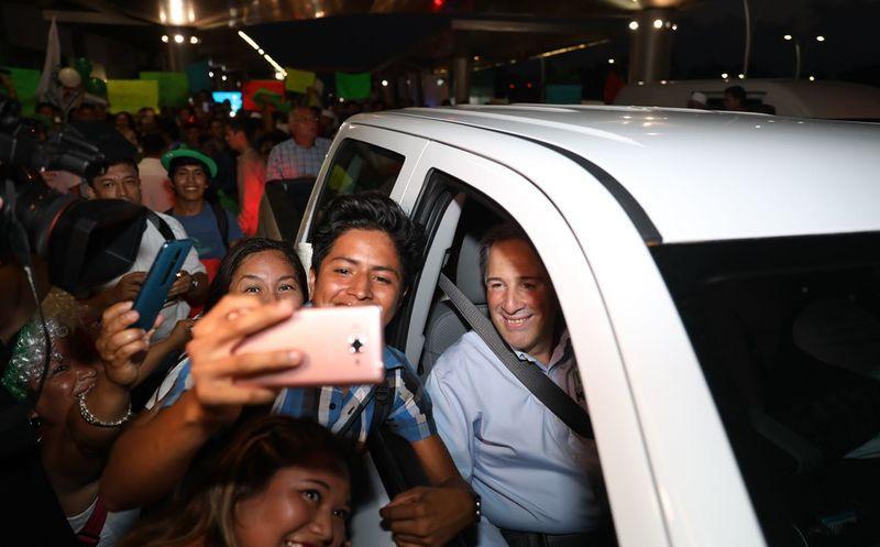 """El candidato de la Coalición """"Todos por México"""" recibió también diversos presentes y muestras de apoyo de los yucatecos. (SIPSE)"""