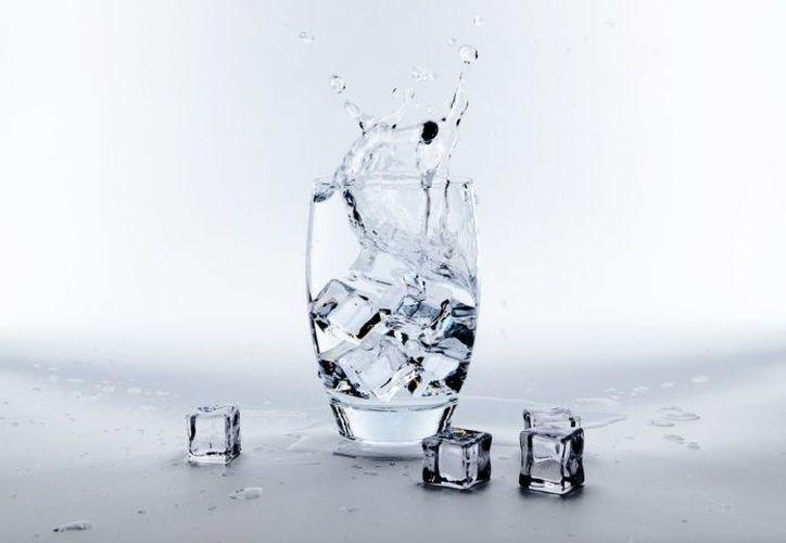 Beber agua, además de prevenir la deshidratación, ayuda a mantener una piel más saludable. (Foto ilustrativa/Pixabay).