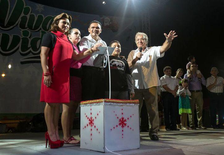 """El mandatario es acompañado por su familia en la inauguración del evento de """"Viva la Navidad"""". (Milenio Novedades)"""