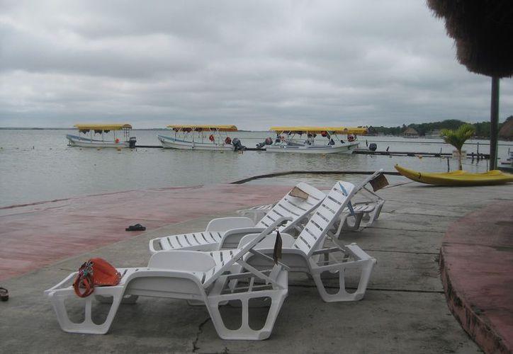 Las lluvias detuvieron los paseos en lancha que se brindan al interior de la laguna. (Javier Ortiz/SIPSE)