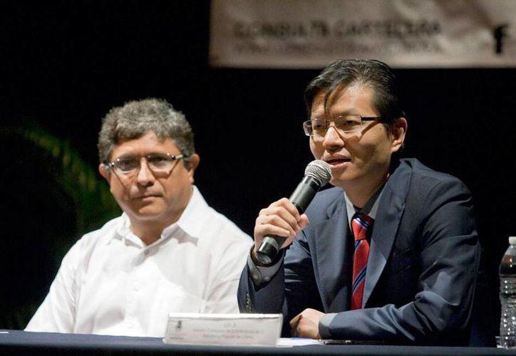El ministro consejero de la embajada de China en México, Lin Ji (der.), impartió una conferencia magistral en el marco del Aniversario de Mérida. Lo acompaña Irving Berlín, director de Cultura del Ayuntamiento. (NTX)