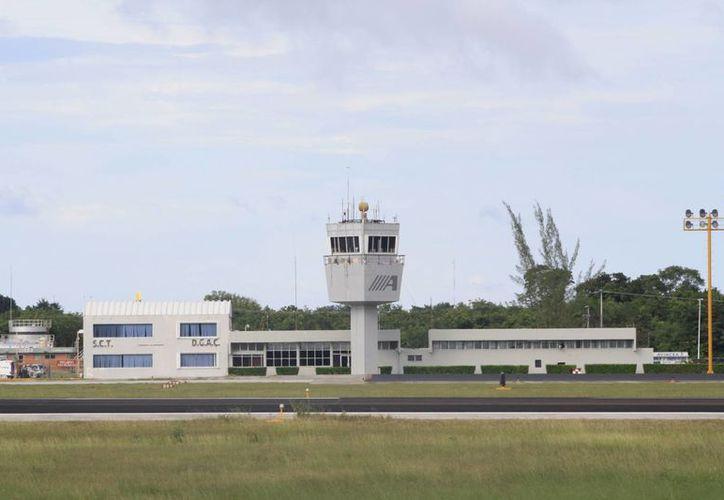 Los trabajos de limpieza integral de la pista de aterrizaje podrían quedar listos mañana viernes. (Archivo/SIPSE)