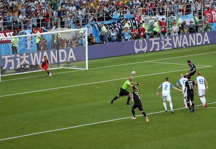 Momento en que Messi falla el penal que a la postre resultó decisivo en el Argentina 1-1 Islandia. Mientras ayer Cristiano Ronaldo marcó un hat trick. hoy su archirrival, 'La Pulga', se fue en blanco (Fotos: marca)