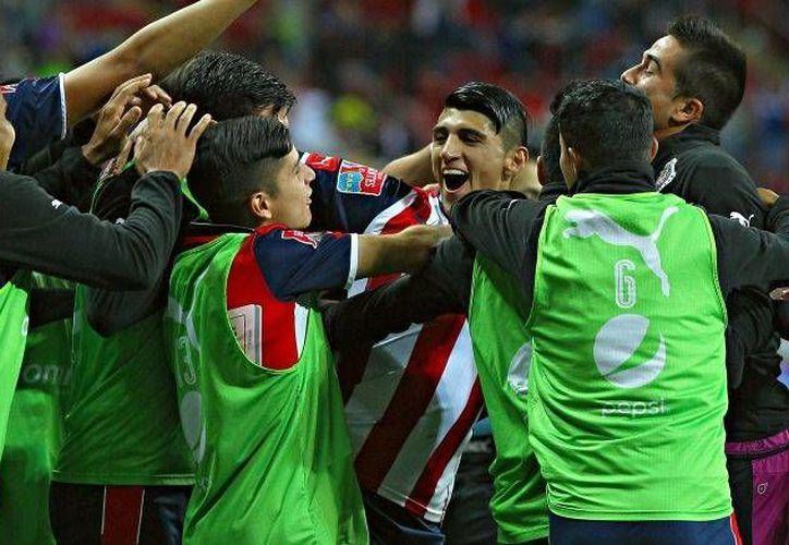 Walter Bou adelantó a Boca Juniors en el minuto 68, Alan Pulido puso el empate al 74 y el partido entre Chivas y Boca se fue a penales, instancia en la que el Rebaño no falló ninguno de sus cinco tiros, para levantar la Copa de Gigantes. (mexsport.com)