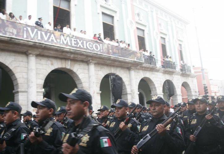 El Gobernador Rolando Zapata atestiguó desde el balcón central de la sede del Poder Ejecutivo el recorrido del contingente. (Christian Ayala/SIPSE)