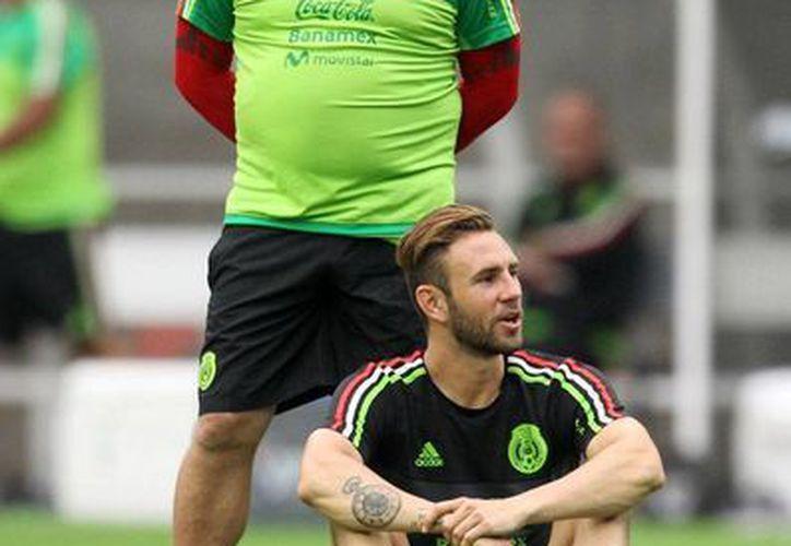 Miguel Herrera (de pie) ensayará hoy un nuevo 'parado' de su equipo, cuando México enfrente a Honduras, en partido previo a la Copa Oro 2015. (Notimex)