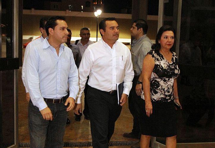 Renán Barrera (centro) llegó puntual a su cita con los diputados. (Milenio Novedades)