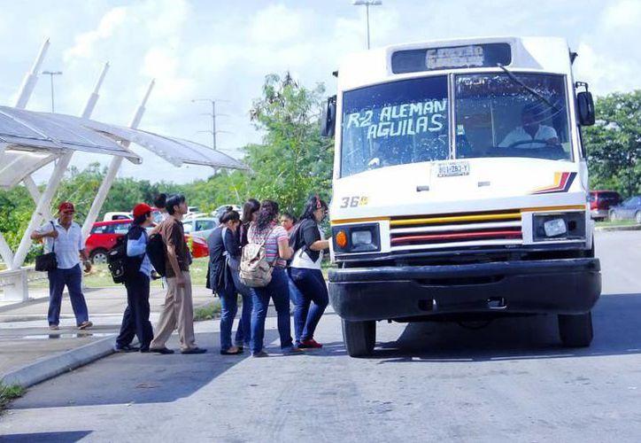 En ciertas horas del día, los autobuses se saturan. (Archivo)