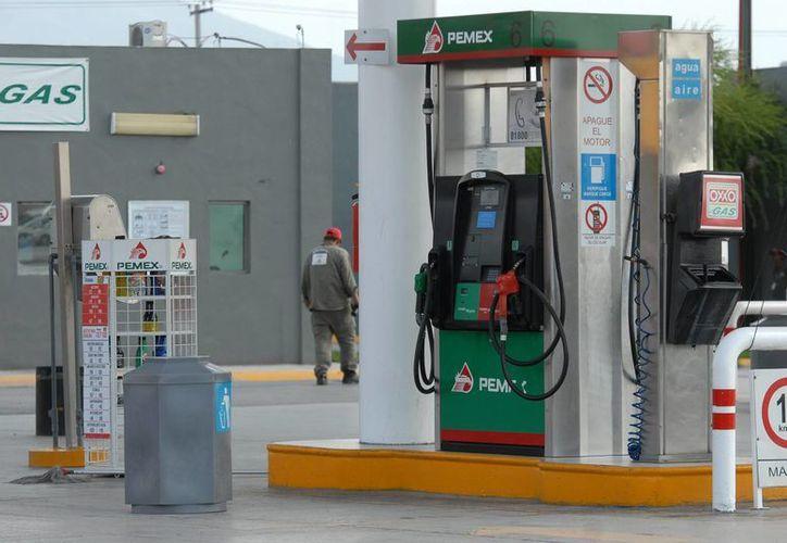 Aumentar el IEPS entre 25 y 30 por ciento el litro de gasolina tendrá un impacto directo en el costo para los consumidores finales. (Archivo/Notimex)