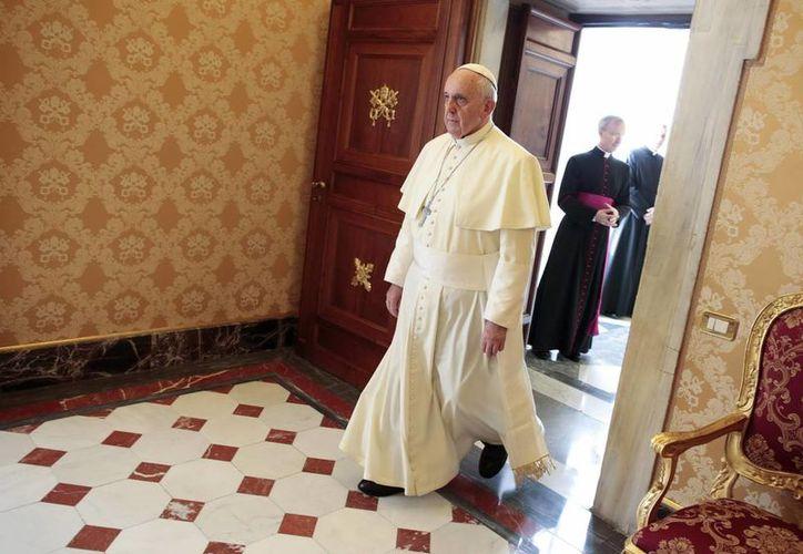 El papa Francisco llega a la reunión con el presidente del Congo Denis Sassou-N'Guesso, en el Vaticano. (EFE)