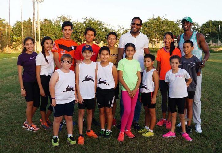Javier Sotomayor convivió con los jóvenes de los clubes de atletismo de iniciación Liebres y Camposueño. (Milenio Novedades)