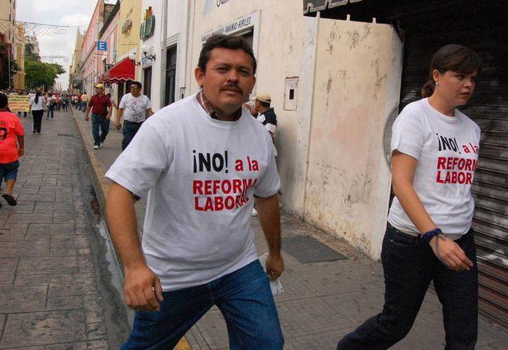 """Según la SNTE hay maestros que """"quieren meter miedo"""" a los profesores sobre la Reforma Educativa. Imagen del archivo de la marcha del sábado, en Mérida. (Wilbert Argüelles/SIPSE)"""
