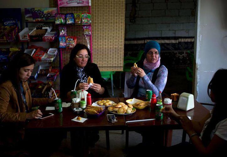 Mujeres brasileño-libanesas toman un desayuno típicamente brasileño en la Pastelaria de Tina Restaurant en la localidad de Sultan Yaacoub. (Agencias)