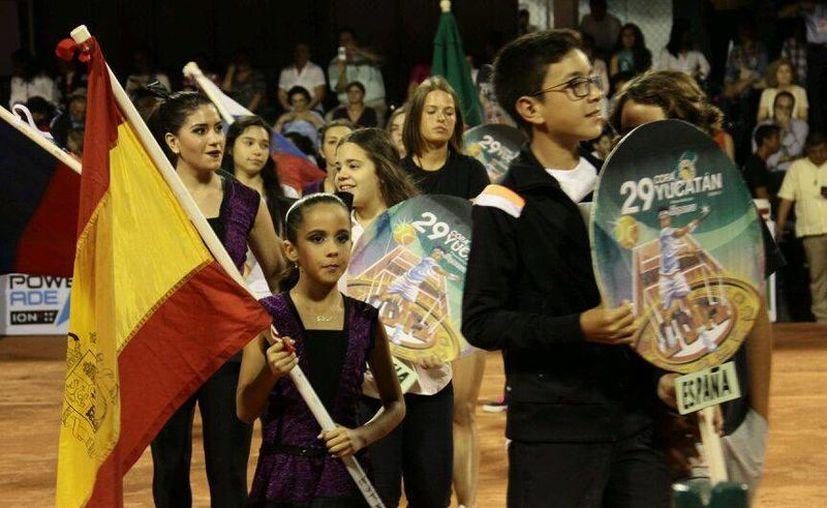 La noche de este lunes fue inaugurada la 29 edición de la Copa Yucatán de tenis juvenil en el Club Campestre de Mérida. (SIPSE/ Jorge Acosta)