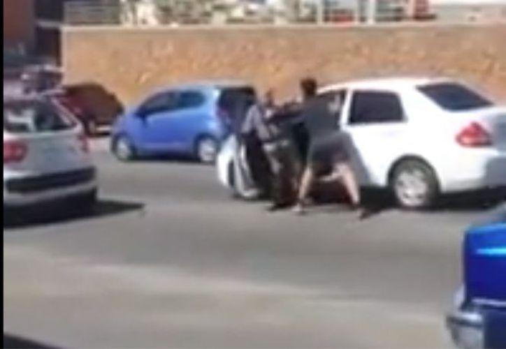 Un video que circula en redes sociales muestra el momento en el que un joven golpea brutalmente a un adulto mayor. (Foto: Captura de video)