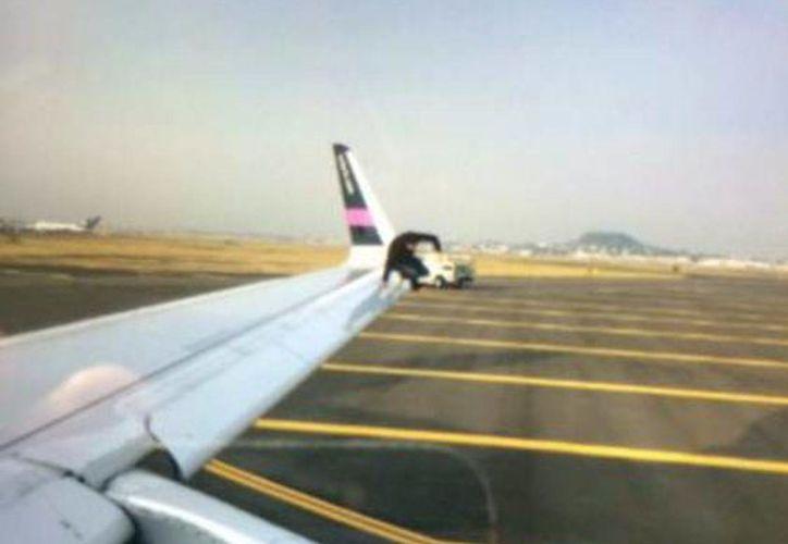 A través de las redes sociales se difundieron fotos del hombre por el cual se detuvo el vuelo 714 de Volaris este martes. (Twitter)